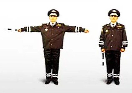 Руки регулировщика вытянуты в разные стороны или опущены вниз