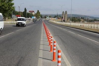 для выделения опасных участков дороги или резких поворотов